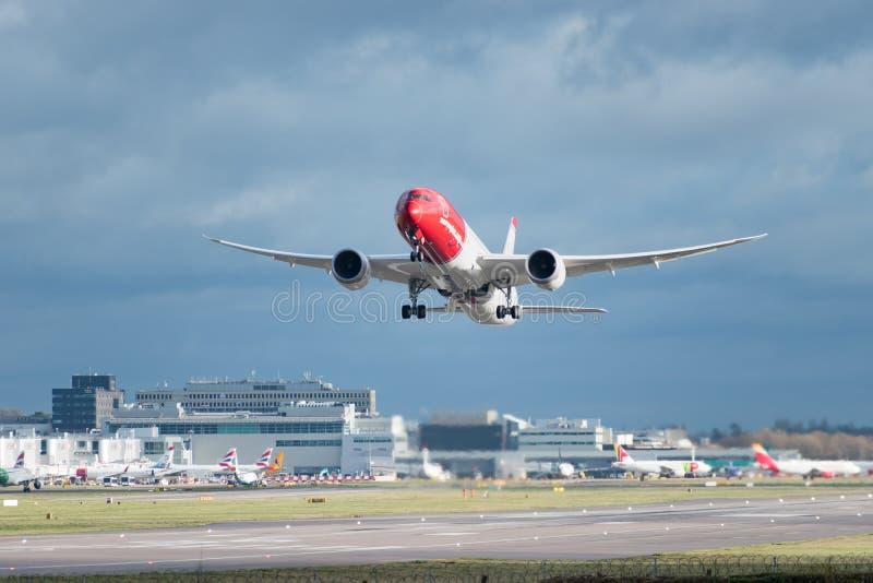 Les lignes aériennes norvégiennes surfacent décolle de l'aéroport de Londres Gatwick, avec le lavage W de jet images stock