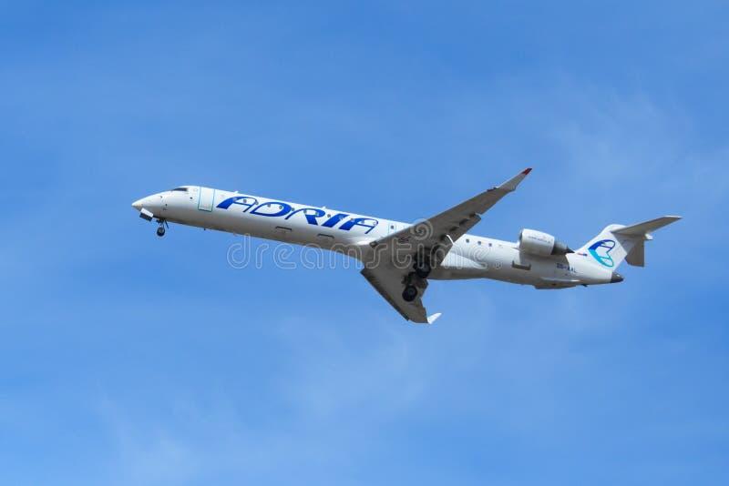 Les lignes aériennes slovènes surfacent le ` d'Adria Airways de ` dans l'éditorial de ciel bleu image libre de droits