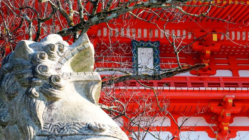 Les lions en pierre dans l'avant le temple images libres de droits