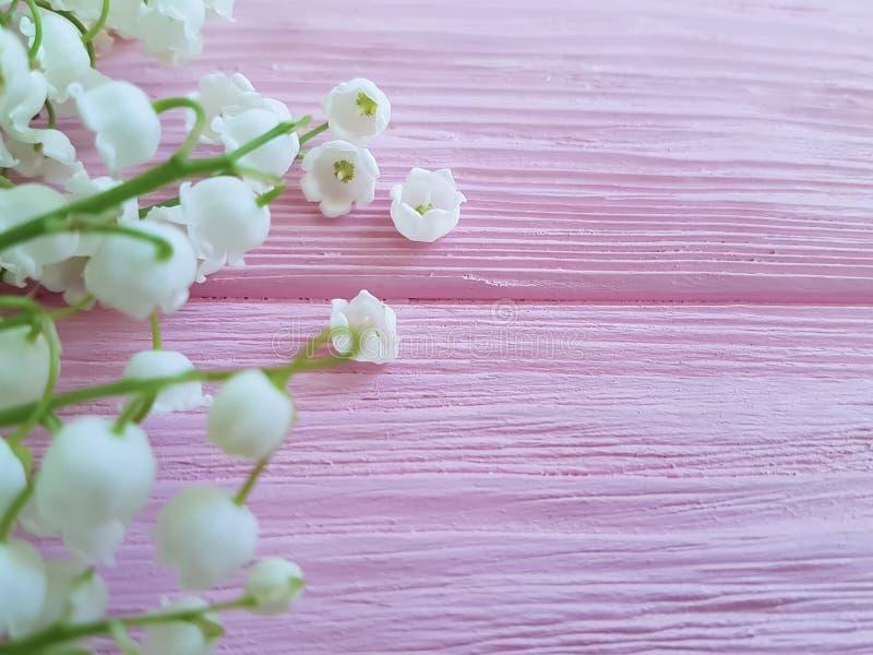 Les lis du bouquet de vallée sur en bois rose peuvent les fleurs romanes de ressort de disposition parfumées photographie stock libre de droits