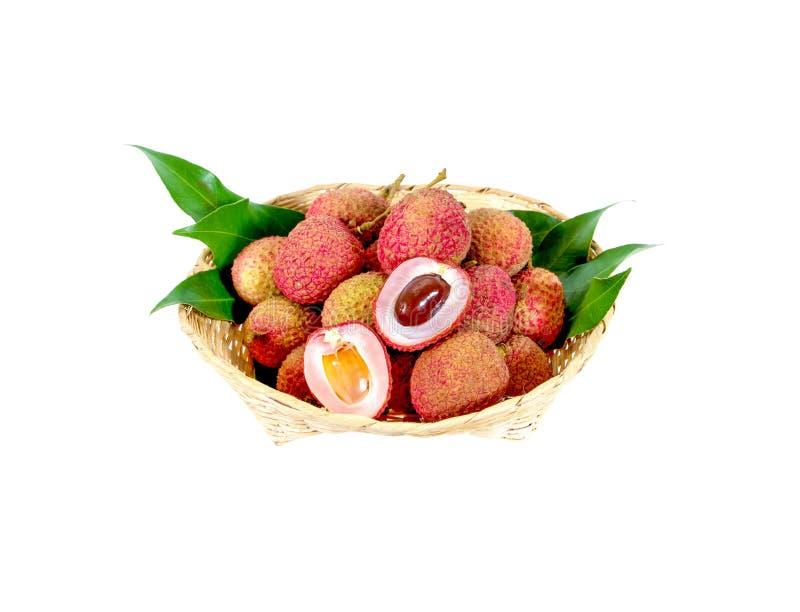 Les litchis frais portent des fruits dans un petit panier en bambou d'isolement sur le fond blanc images libres de droits
