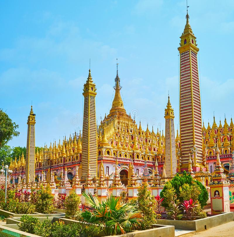 Les lits de fleur à la pagoda de Thanboddhay, Monywa, Myanmar image libre de droits