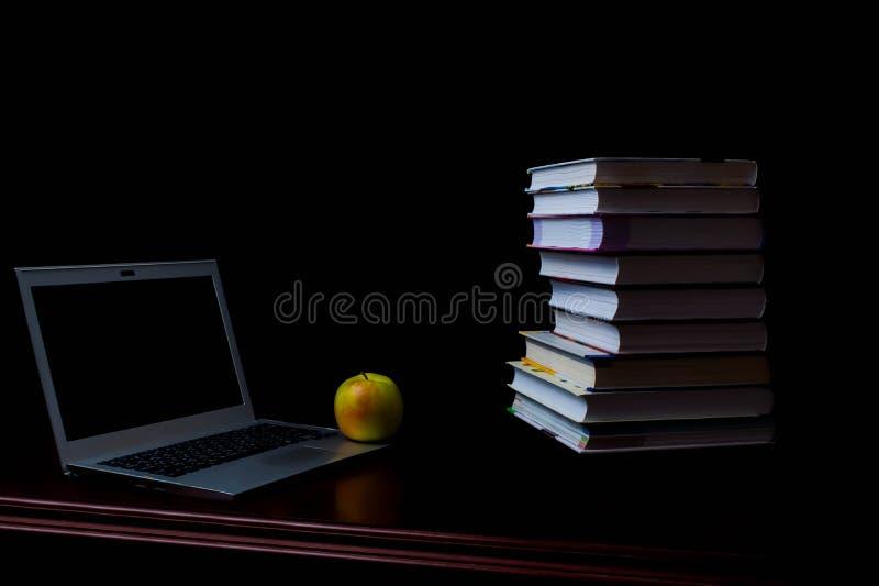 Les livres d'école sur le bureau, concept d'éducation, instruisent, technologie, chat, éclaboussure photographie stock libre de droits