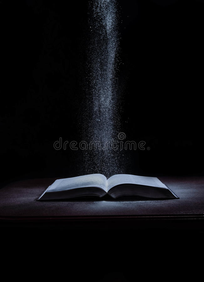 Les livres d'école sur le bureau, concept d'éducation, instruisent, technologie, chat, éclaboussure image libre de droits
