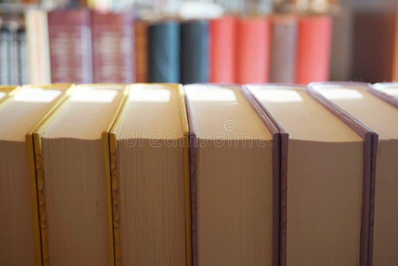Les livres vers l'arrière sur l'étagère, se ferment vers le haut de la vue supérieure photographie stock
