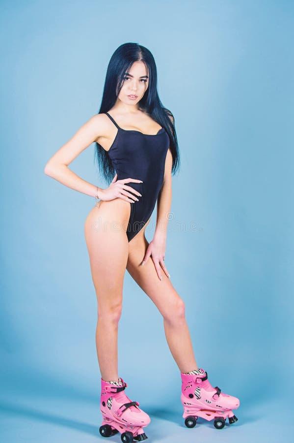 Les longs cheveux de fille dans le maillot de bain appr?cient des vacances d'?t? Tendance de mode Patins de rouleau de monte feme image stock