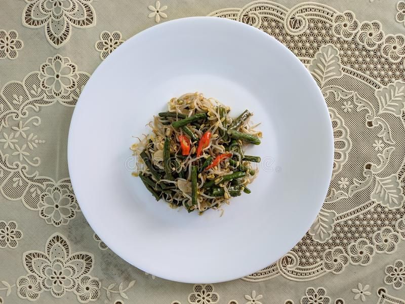 Les longs haricots faits sauter se sont mélangés au toge, nourriture à la maison indonésienne images stock