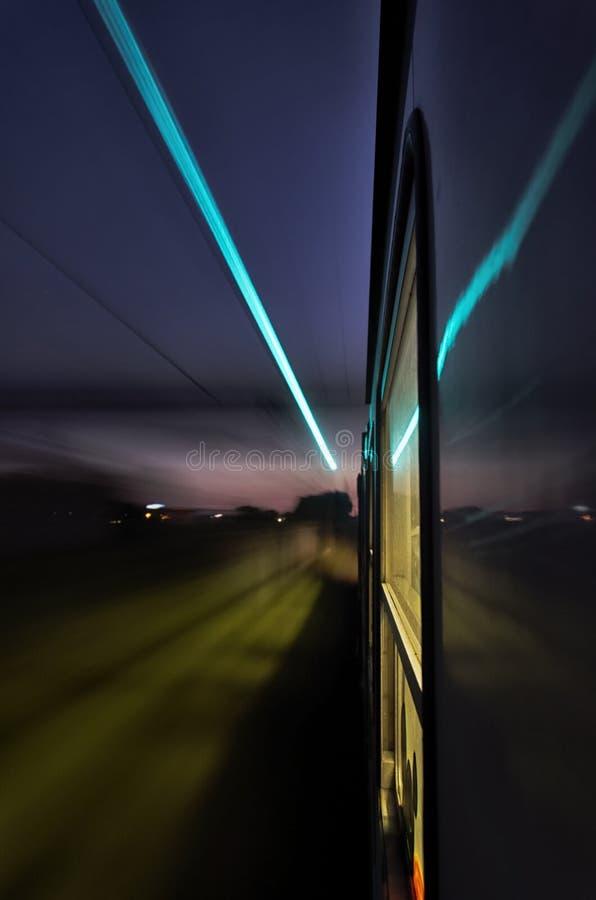 Les lumières d'un train à toute allure photos libres de droits