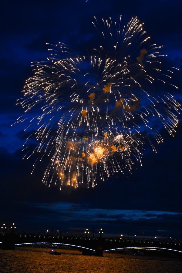 Les lumières de fête colorées ornent le ciel photographie stock