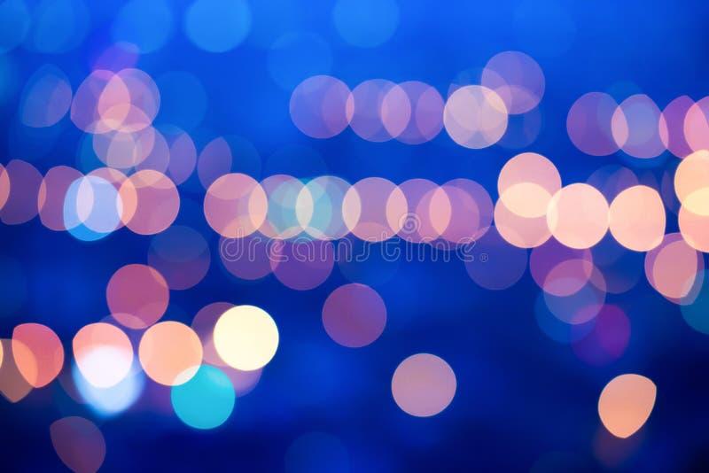Les lumières de flou de belle grande ville soustraient le bleu circulaire de bokeh photographie stock libre de droits