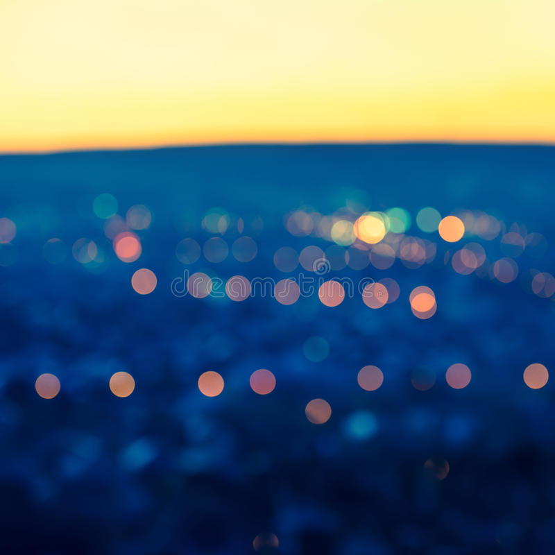 Les lumières de flou de ville soustraient l'esprit bleu de fond de bokeh circulaire photos stock
