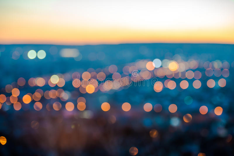 Les lumières de flou de ville soustraient le bokeh circulaire sur le fond bleu images libres de droits