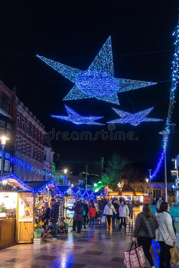 Les lumières de Noël montrent à Cardiff Pays de Galles le 15 décembre 2018 Personnes non identifiées image stock