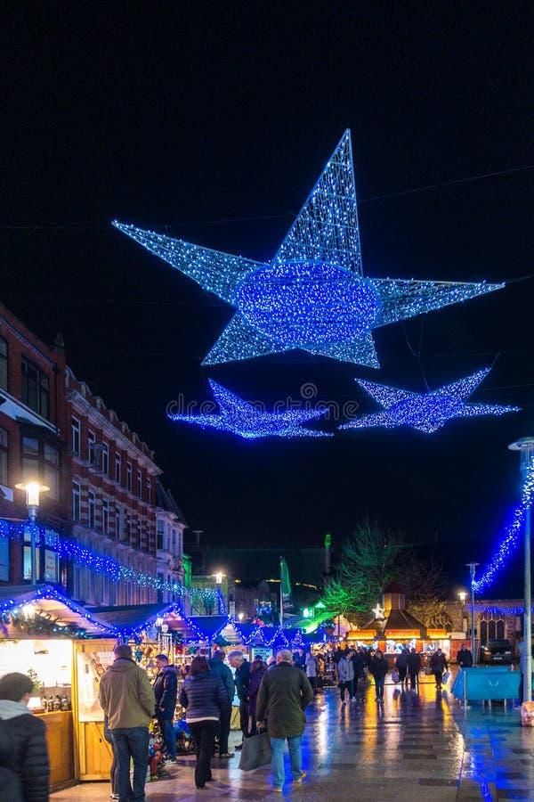 Les lumières de Noël montrent à Cardiff Pays de Galles le 15 décembre 2018 Personnes non identifiées photo libre de droits