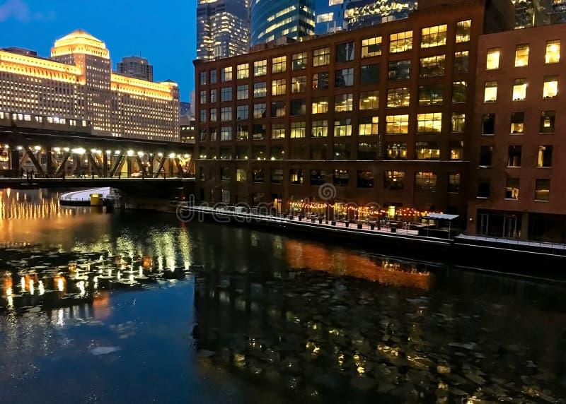 Les lumières de nuit de ville réfléchissent magnifiquement sur geler la rivière Chicago pendant l'heure de pointe de soirée d'hiv photographie stock libre de droits