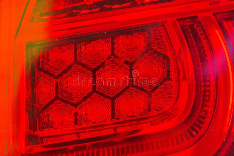 Les lumières de queue de quelques voitures innovatrices modernes qui changent du tube ordinaire en la LED photographie stock