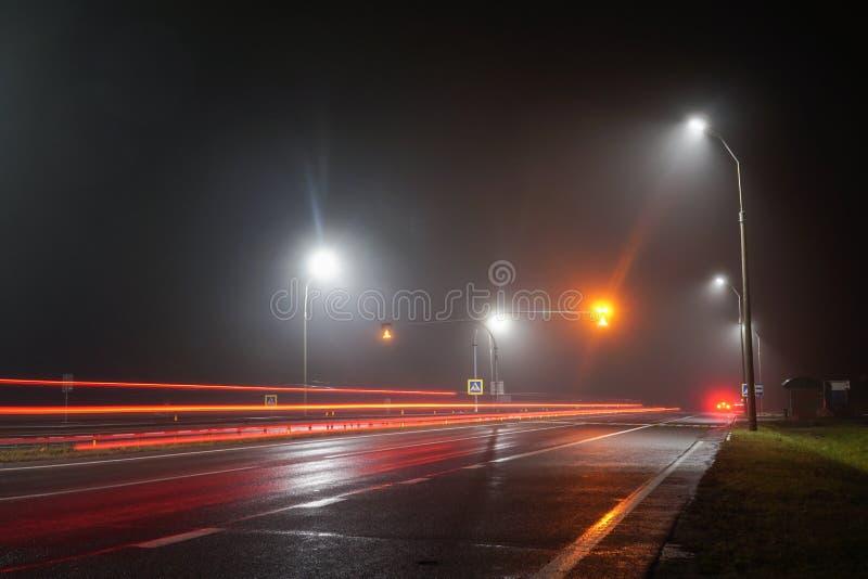 Les lumières de route illuminent la voie vide photo stock