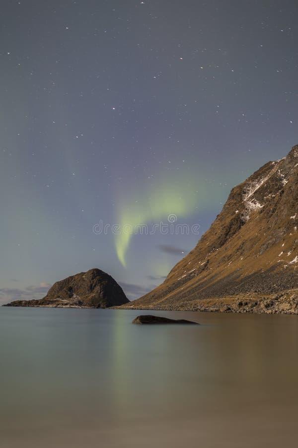 Les lumières du nord au-dessus de Haukland échouent sur Lofoten, Norvège photographie stock