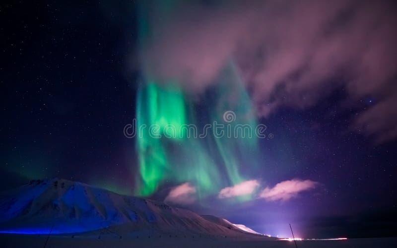 Les lumières du nord dans les montagnes du Svalbard, Longyearbyen, le Spitzberg, papier peint de la Norvège image stock