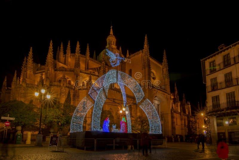 Les lumières et les décorations de Noël ornent la place de la cathédrale images libres de droits