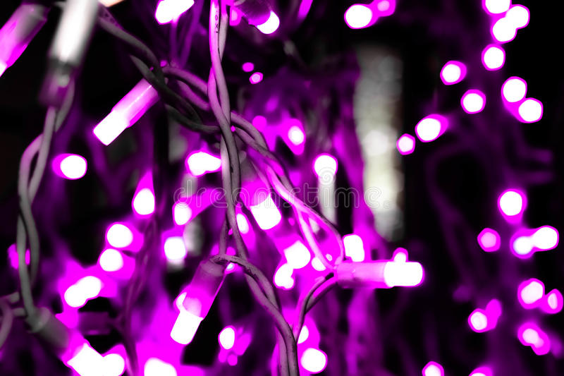 Les lumières lumineuses de la guirlande lilas photos libres de droits