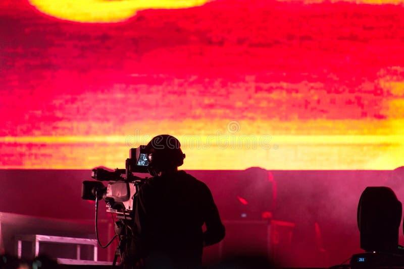 Les lumières rouges sur l'étape derrière un pelliculage de cameraman vivent images libres de droits