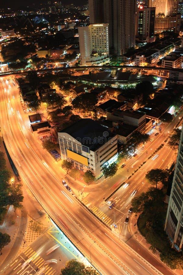Les lumières traînent dans la route occupée de carrefour en Kuala Lumpur photographie stock libre de droits
