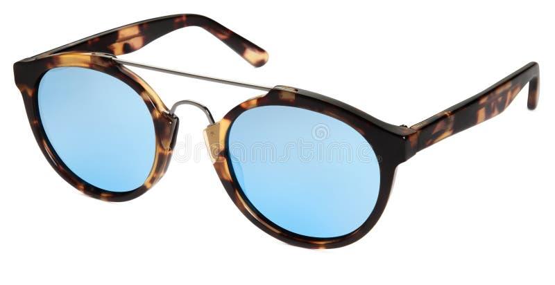 Les lunettes de soleil ont repéré les lentilles brunes et bleues de miroir d'isolement sur b blanc photos libres de droits