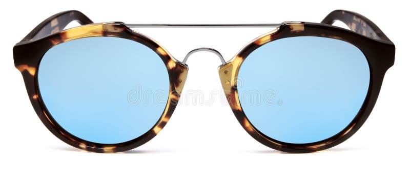 Les lunettes de soleil ont repéré les lentilles brunes et bleues de miroir d'isolement sur b blanc photo stock