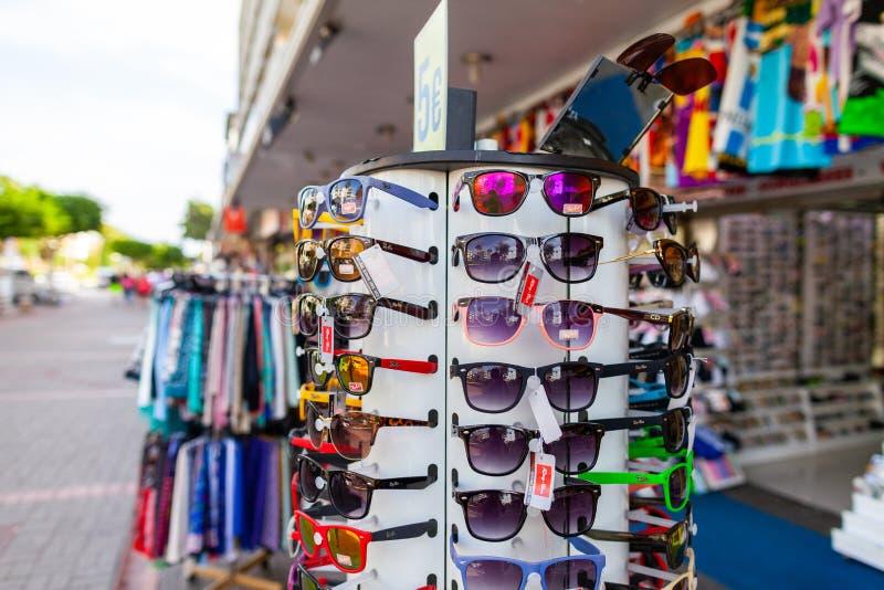 Les lunettes de soleil de Ray-Ban accrochent sur un support photo stock