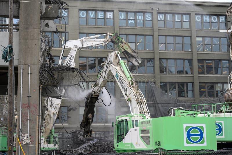 Les mâchoires de démolition de viaduc de Seattle mastiqueront bruyamment image stock
