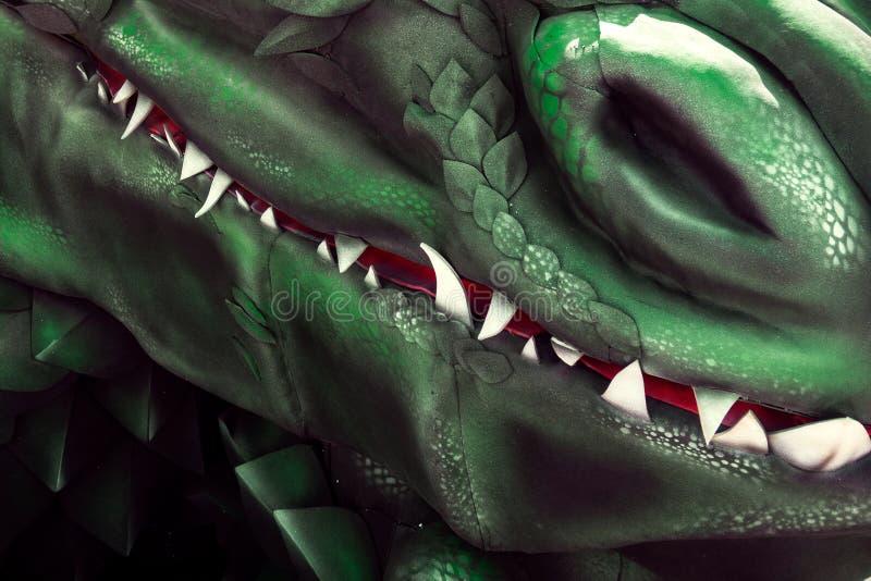 Les mâchoires du dragon avec des dents blanches de requin et une image de closeuse de la bouche sanglante Grosse macro de peau de photos libres de droits