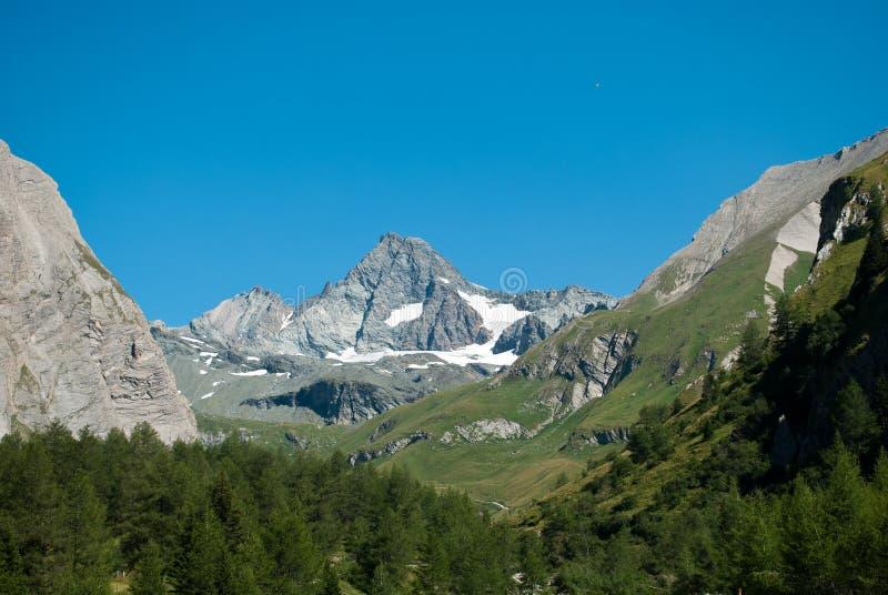 les 3798 mètres du Grossglockner DANS LES ALPES autrichiennes par beau jour de ciel bleu au printemps image stock