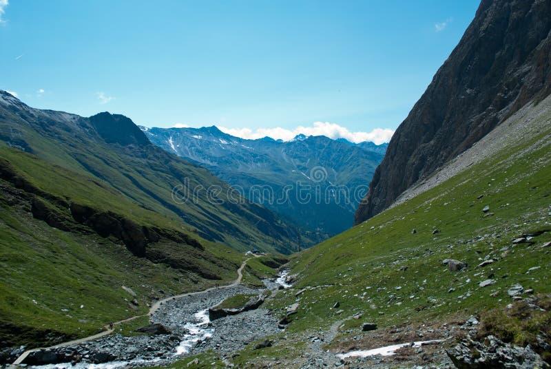 les 3798 mètres du Grossglockner DANS LES ALPES autrichiennes par beau jour de ciel bleu au printemps photographie stock