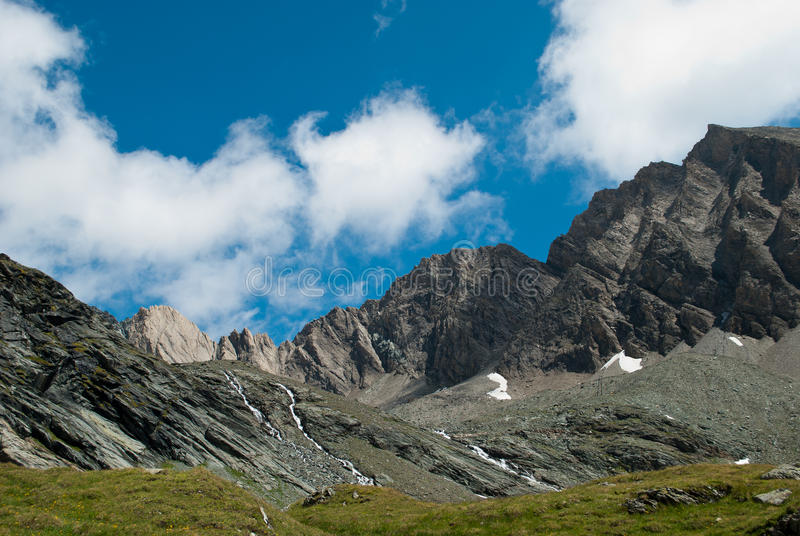les 3798 mètres du Grossglockner DANS LES ALPES autrichiennes par beau jour de ciel bleu au printemps images stock