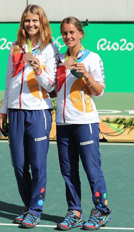 Les médaillés en bronze team le tchèque Lucie Safarova (l) et Barbora Strycova pendant la cérémonie de médaille après des doubles image stock