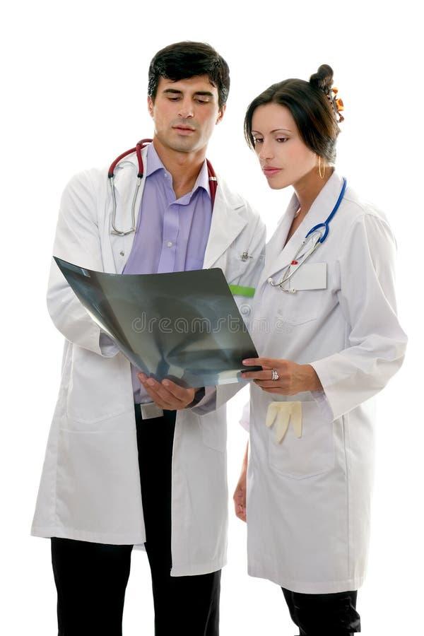 Les médecins discutent le rayon X patient image stock