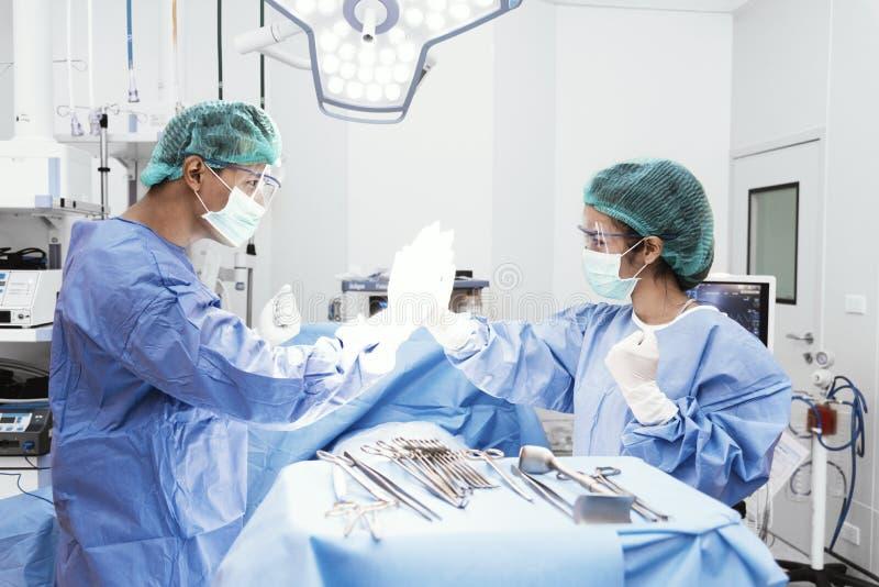 Les médecins et l'infirmière font salut cinq après la réussite de la pièce en fonction de chirurgie Soins de sant? et concept d'h image stock