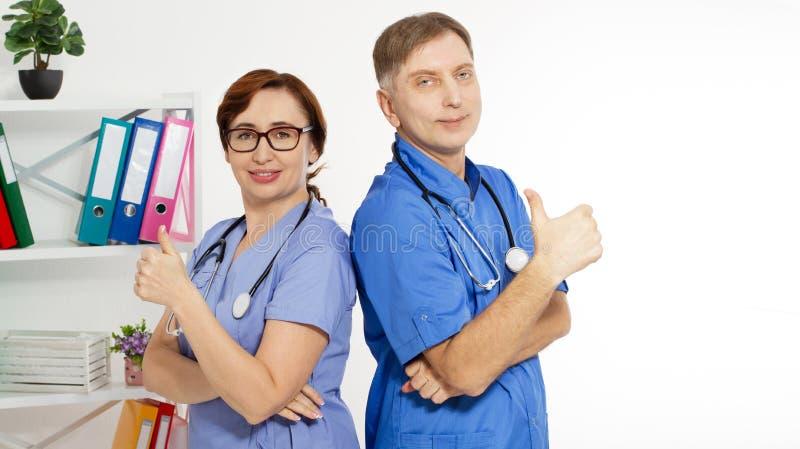 Les médecins positifs montrent comme le signe dans le bureau médical, assurance-maladie, l'espace de copie, foyer sélectif image libre de droits