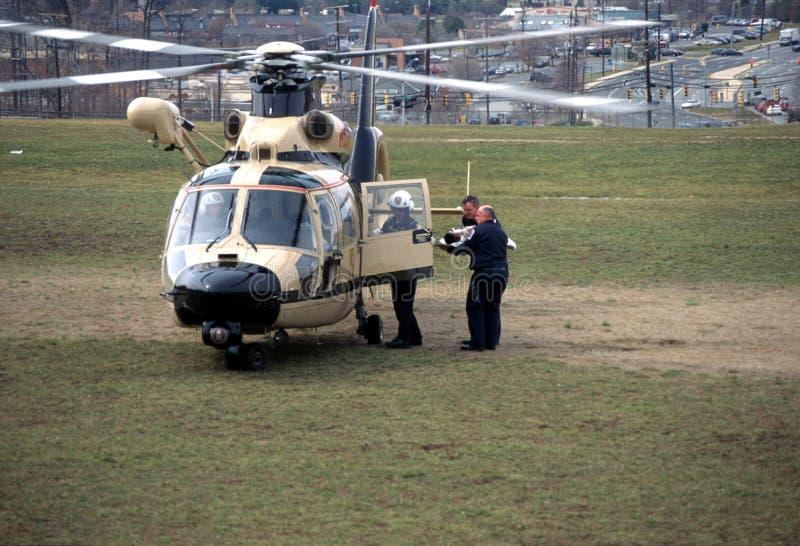 Les médecins précipitent un enfant blessé à l'hélicoptère images stock