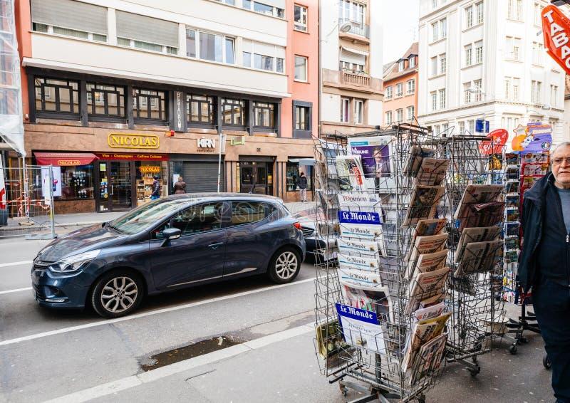 Les médias français de kiosque de presse tiennent le paysage urbain de rue photo libre de droits