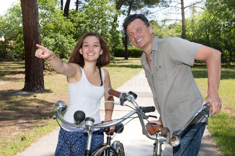 Les ménages mariés d'adulte de bonheur juste ont le vélo de déplacement d'amusement extérieur photo libre de droits