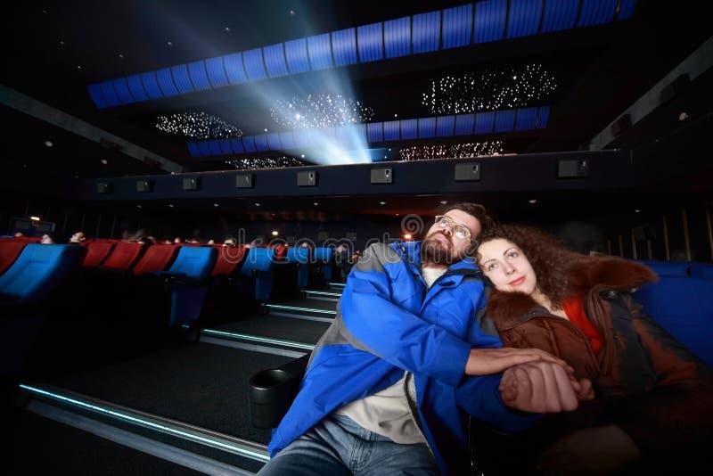 Les ménages mariés se reposent sur le concert et l'étreinte photographie stock libre de droits