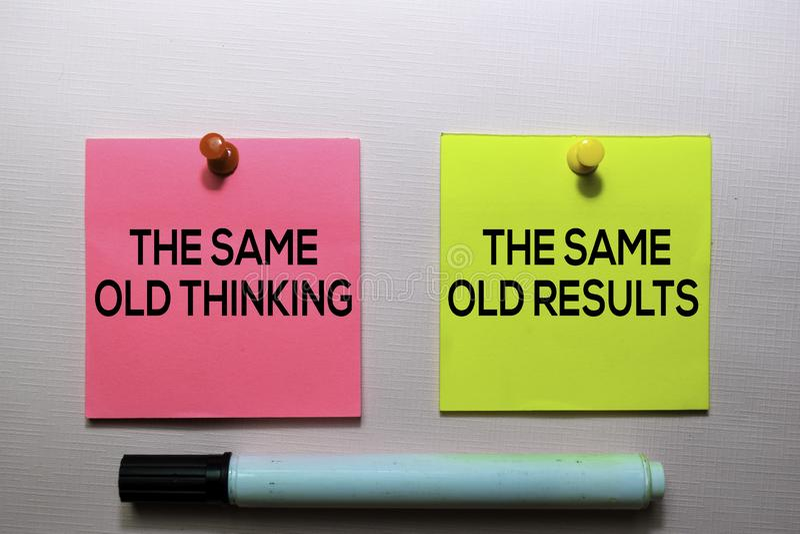 Les mêmes vieux vieux résultats de pensée et mêmes textotent sur les notes collantes d'isolement sur le bureau photo stock