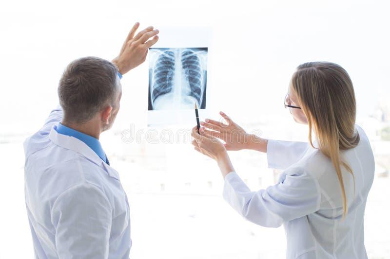 Les m?decins discutent le rayon X images stock