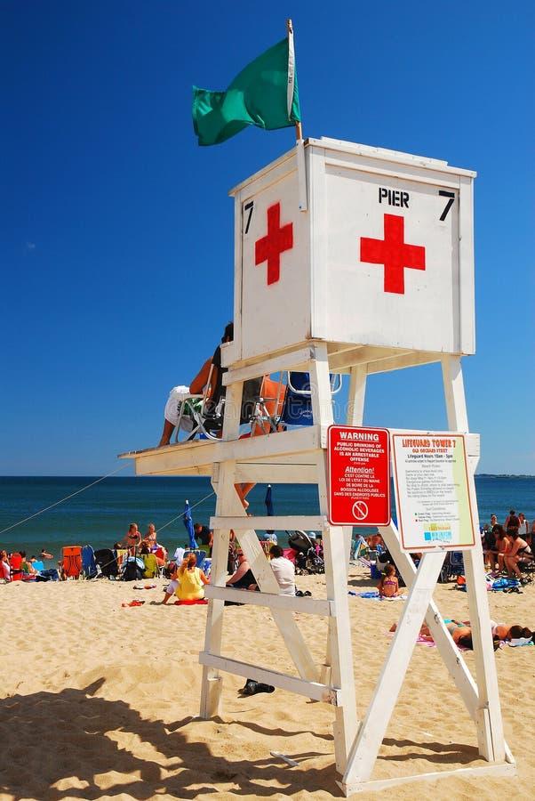 Les maître nageurs observent au-dessus de la foule d'été photos libres de droits