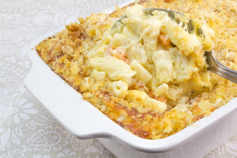 Les macaronis, le fromage et la tomate font cuire au four avec l'écrimage de miette photographie stock libre de droits