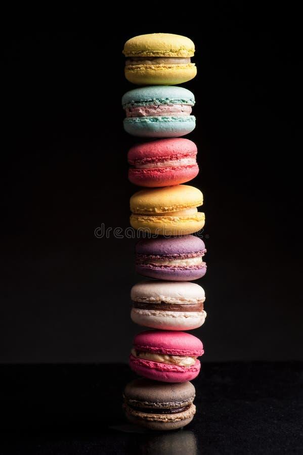Les macarons français durcissent l'aspect coloré image stock