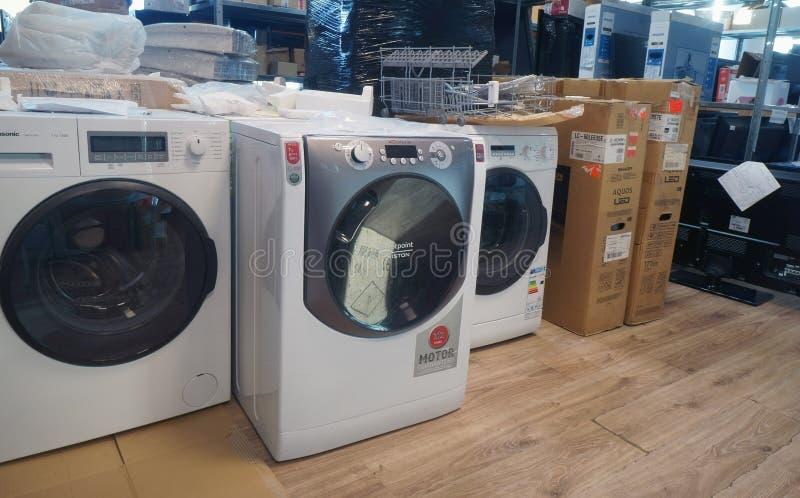 Les machines à laver réparent au centre de service photos stock