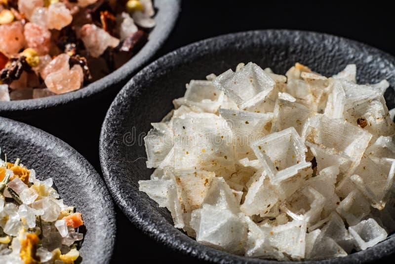 Les macro flocons de collection, blancs et roses de mer de sel de pyramide se sont mélangés image stock